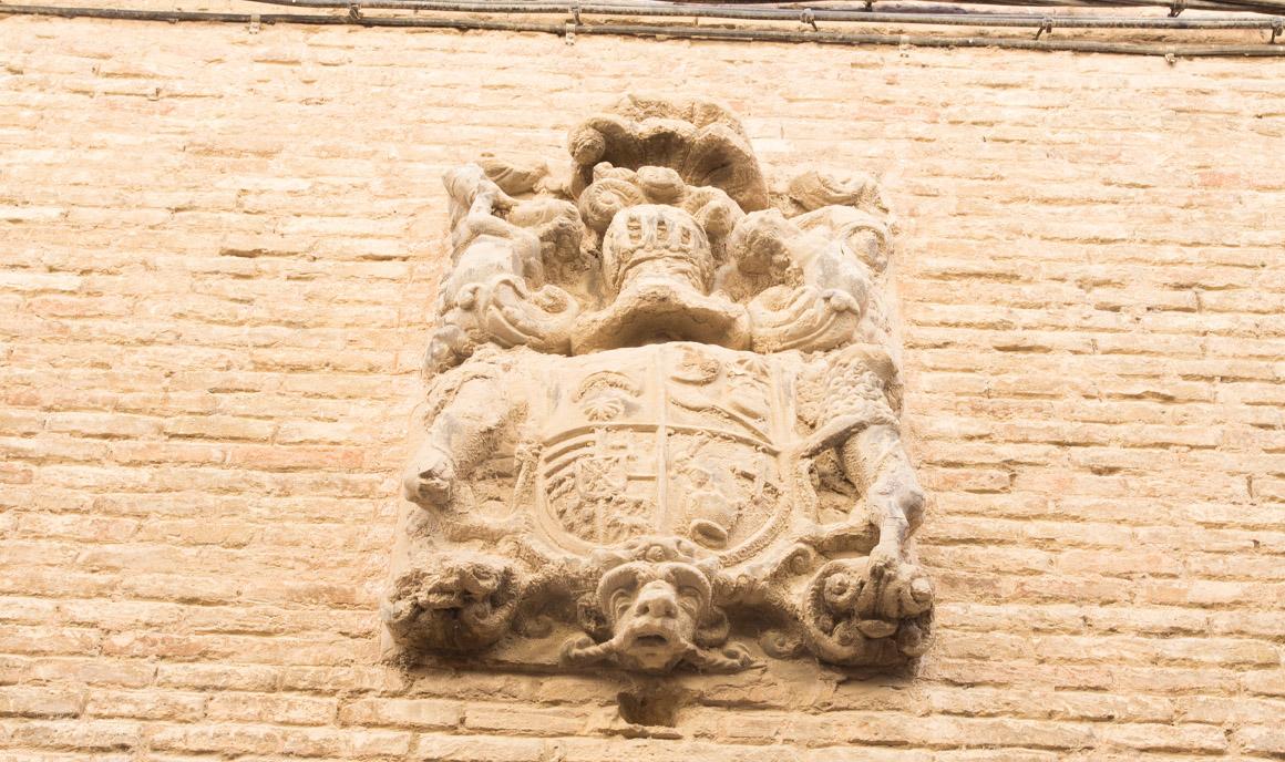 Escudo de piedra en la fachada exterior
